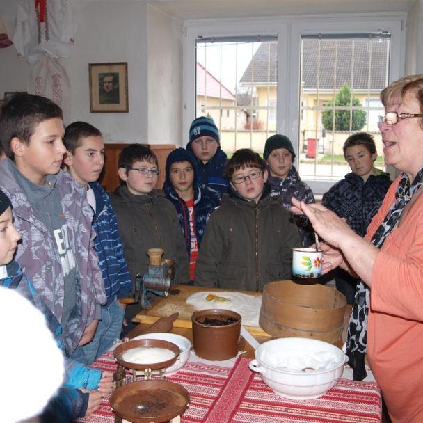 Výstava krojov, bývania a jedál v minulosti našej obce