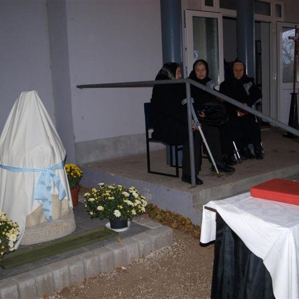 Odhalenie sochy modliacej sa ženy dňa 1.11.2012 na miestnom cintoríne