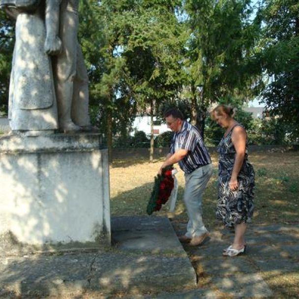 Kladenie vencov k pomníku SNP