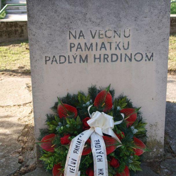 Kladenie venca k pomníku padlých hrdinov v SNP